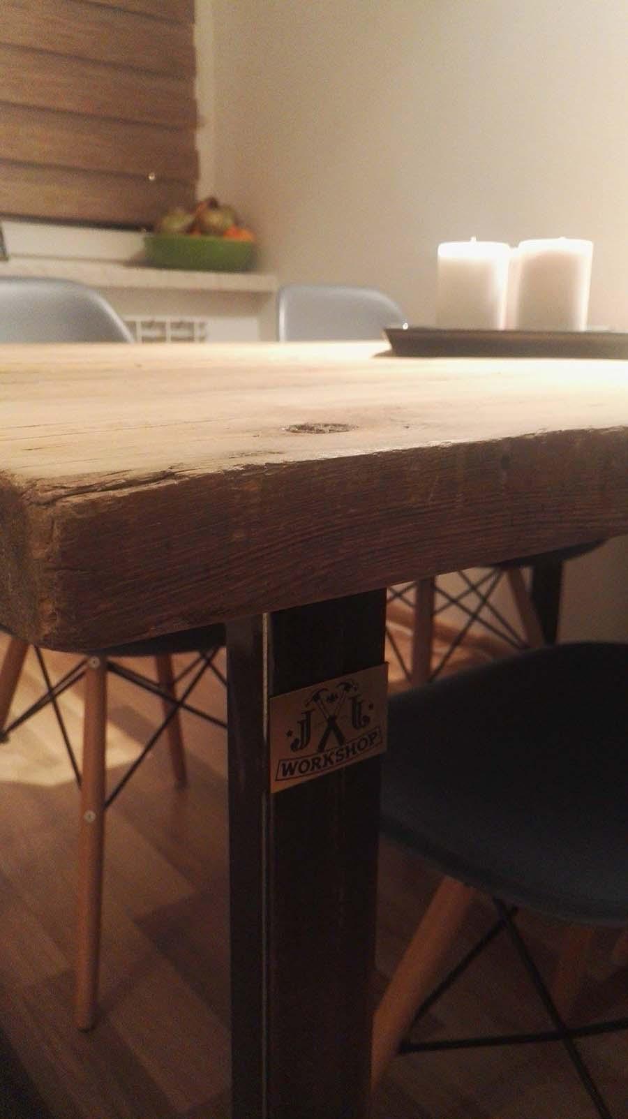 Stół na czarnych nogach