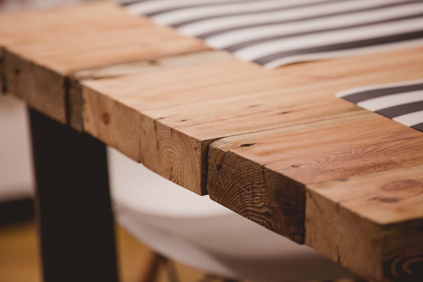Stół na surowych nogach